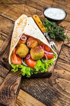 Tortilla végétarienne avec falafel et salade fraîche, tacos végétaliens.