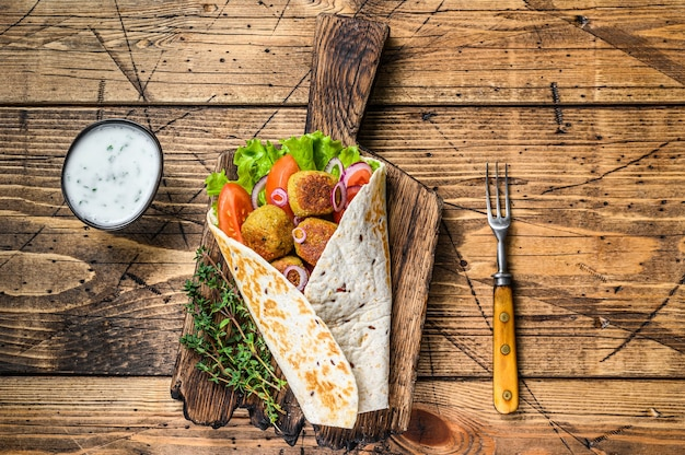 Tortilla végétarienne avec falafel et salade fraîche, tacos végétaliens