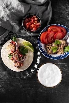 Tortilla avec vue de dessus de viande et de légumes
