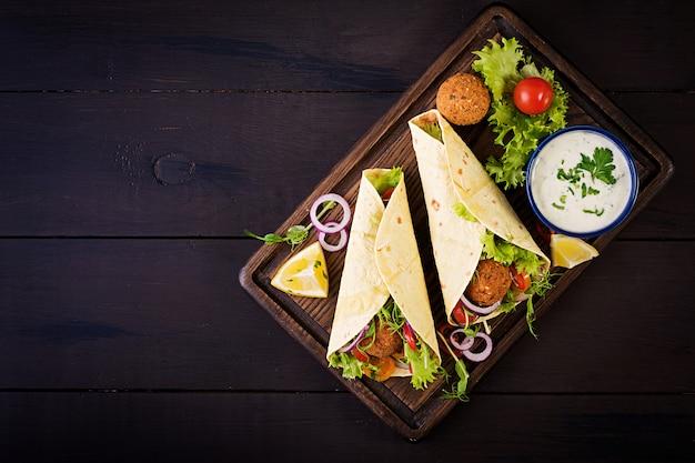 Tortilla wrap avec falafel et salade fraîche.