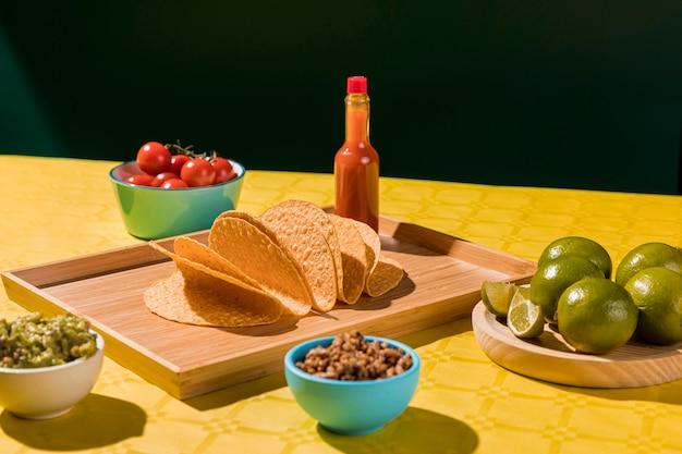 Tortillas et arrangement de citron vert