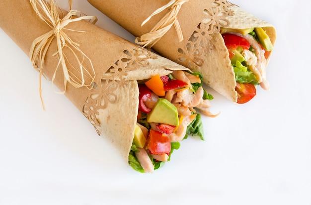 Tortillas aux légumes et viande de poulet.
