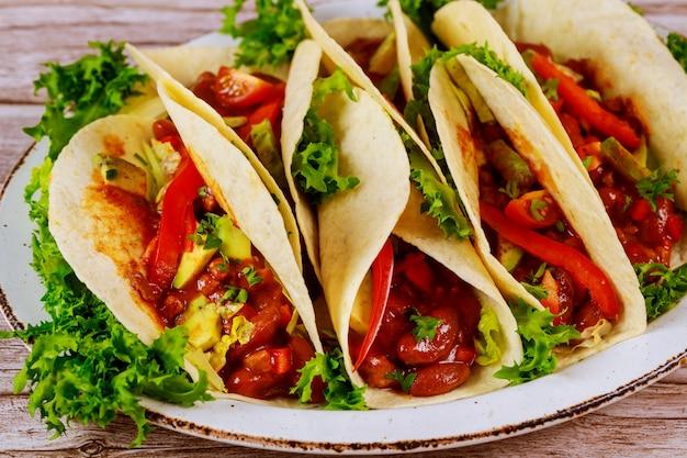 Tortillas colorées avec haricots, boeuf et légumes avec salsa.
