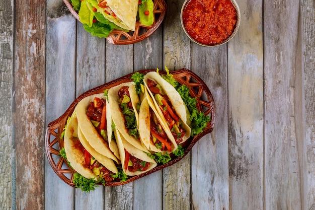 Tortillas colorées avec haricots, boeuf et légumes