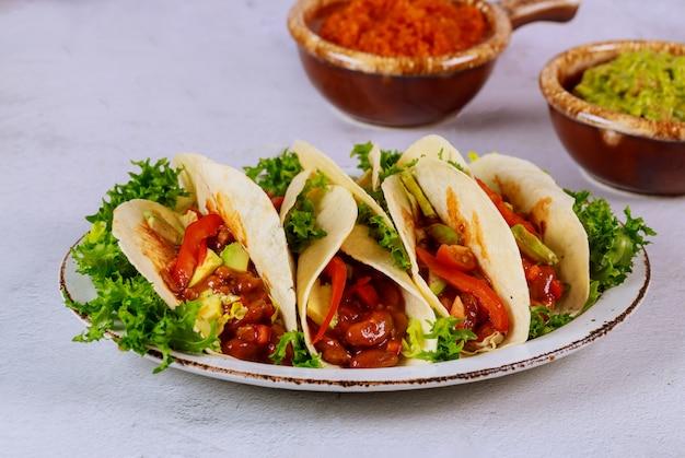 Tortillas de cuisine mexicaine avec haricots, viande et avocat