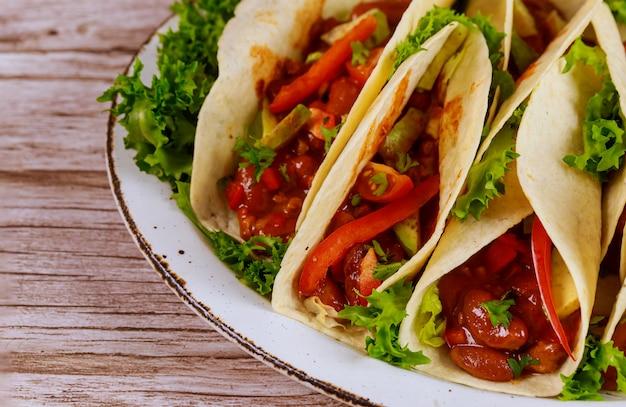 Tortillas molles avec haricots chili, boeuf et légumes cuisine mexicaine.