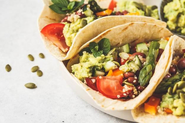 Tortillas végétaliennes au quinoa, asperges, haricots, légumes et guacamole.