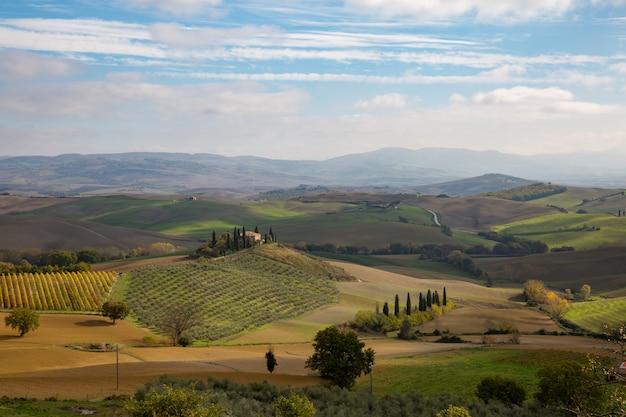 Tôt le matin sur la campagne en toscane