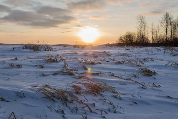 Tôt le matin sur le lac gelé enneigé.