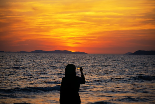 Tôt le matin, magnifique paysage marin, lever du soleil sur la mer.