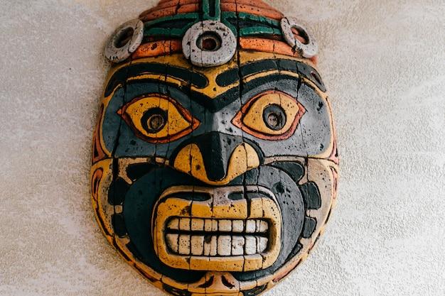 Totem indien national traditionnel. art de sculpture totem. masque en bois ancien. visages de dieux religieux symboliques mayas et aztèques.