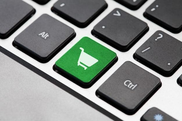 Touche du bouton vert shopping sur clavier d'ordinateur portable