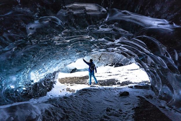 Toucher la glace dans une grotte de glace