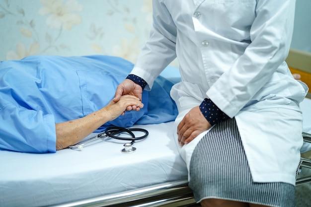 Toucher des mains asiatiques senior ou âgée vieille dame patiente avec amour