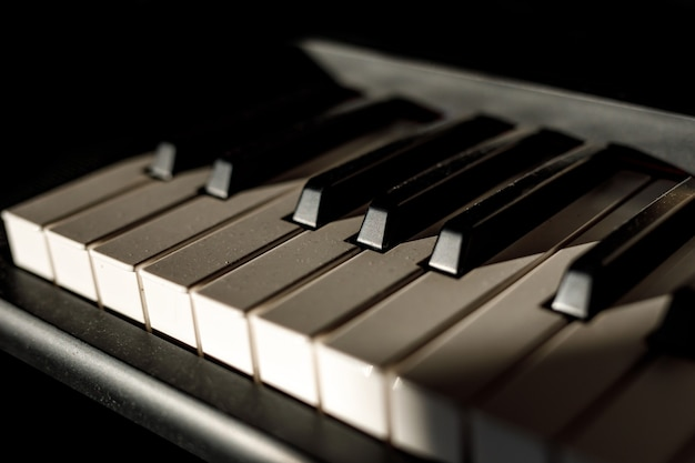 Touches blanches et noires sur le clavier du piano