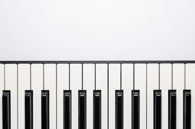 Touches du piano avec espace copie, isolées pour la conception, vue de dessus, pose à plat.
