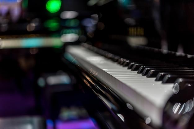Les touches du piano sur un piano à queue classique noir jouent une chanson classique