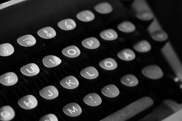 Touches avec des lettres de la langue anglaise sur une vieille machine à écrire