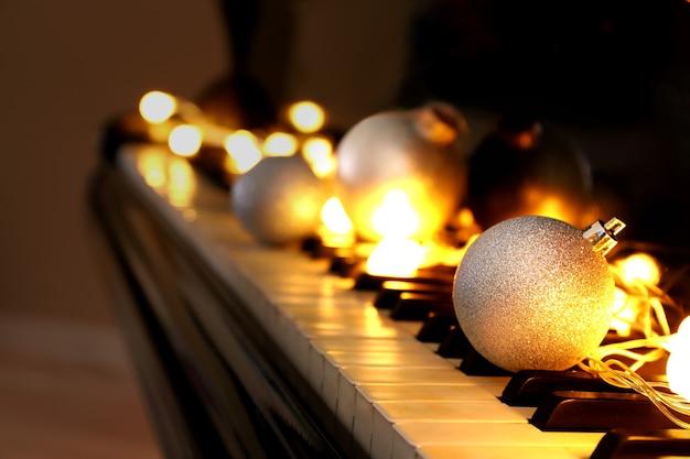 Touches de piano avec décorations de noël, gros plan