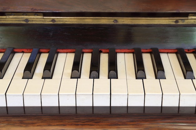 Touches de piano et grain de bois