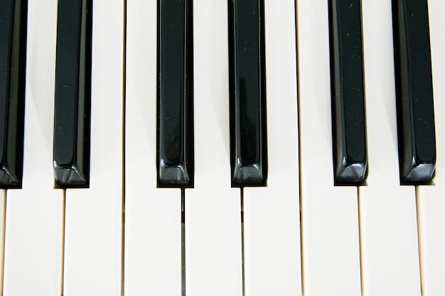 Touches d'un piano. que la musique sonne!