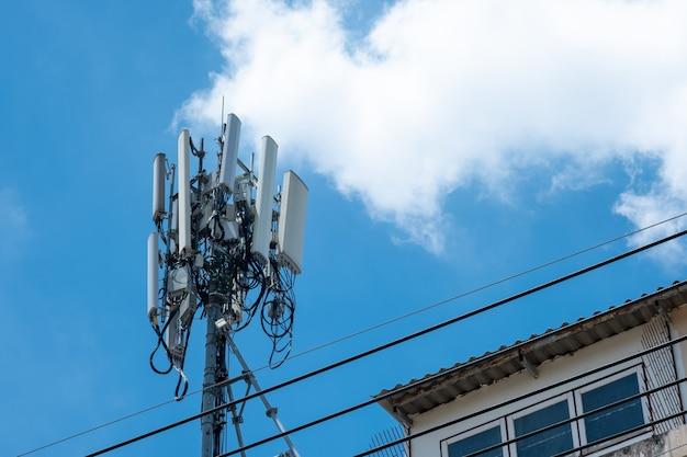 Tour d'antenne de communication avec ciel bleu, technologie télécoms.
