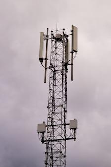 Tour avec antenne de réseau cellulaire 5g et 4g