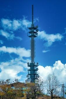 Tour d'antenne de télécommunications pour téléphone mobile avec le fond de ciel bleu.