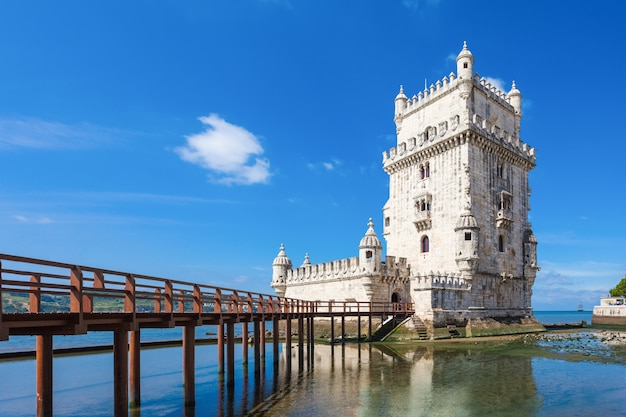 La tour de belem est une tour fortifiée située dans la paroisse civile de santa maria de belem à lisbonne, portugal