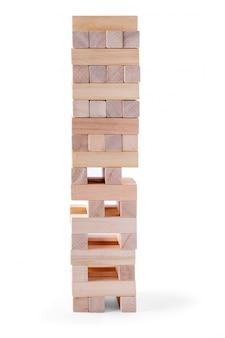 La tour de blocs de bois et la main de l'homme prennent un bloc