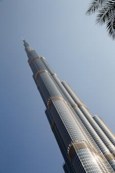 Tour burj khalifa en train de disparaître dans le ciel bleu