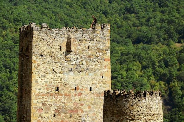 Tour carrée sheupovari avec la tour ronde dans le château médiéval d'ananuri, géorgie