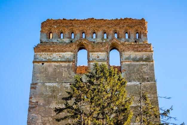 Tour d'un château médiéval sur un fond de ciel bleu