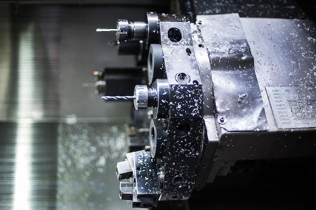 Le tour cnc machinel. le concept d'usinage de haute technologie