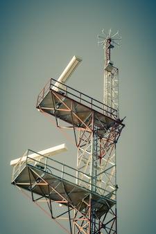 Une tour de communication de navigation contre un ciel bleu. prise de vue filtrée