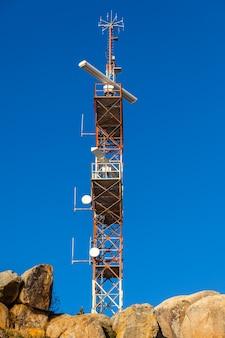Une tour de communication de navigation contre un ciel bleu