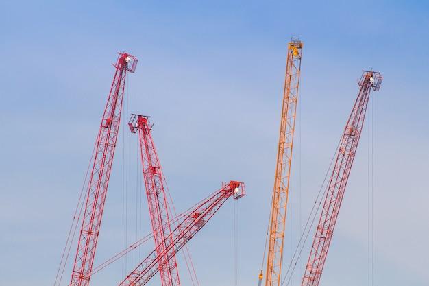 La tour crain pour la construction de bâtiments sur fond de ciel bleu