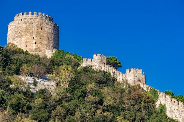 Tour cylindrique du château de rumelian sur les rives européennes du bosphore à istanbul, turquie