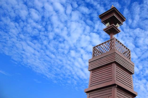 Tour de diffusion isolée sur fond de ciel bleu