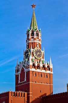 Tour du kremlin rouge spasskaya dans la ville de moscou, russie