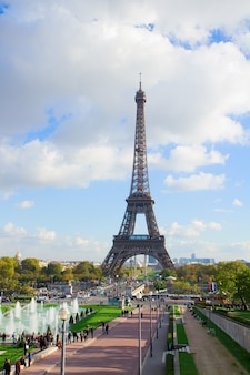 Tour eiffel et fontaines du trocadéro, paris, france