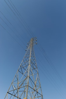 Tour d'électrification avec ciel bleu.