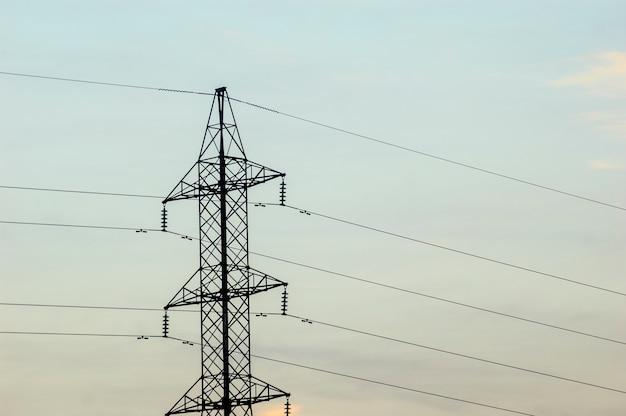 Tour d'électrification avec ciel nuageux.