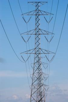 Tour électrique sur fond de ciel bleu