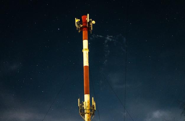Tour d'émission de gaz. photographie de nuit.