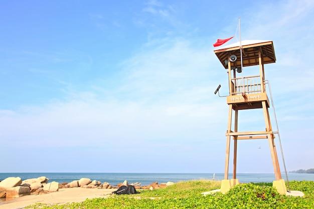 Tour de garde de plage sur la plage de rayong, thaïlande