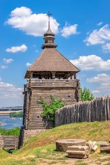 Tour de guet de fortification dans la réserve nationale de khortytsia à zaporozhye, ukraine, lors d'une journée d'été ensoleillée