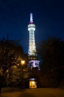 Tour de guet de prague sur la colline de petrin dans la nuit