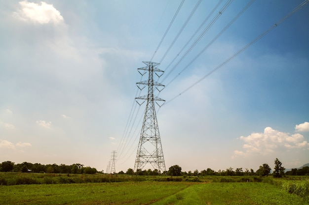 Tour à haute tension avec fond d'énergie solaire