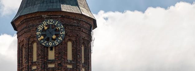 Tour de l'horloge de la cathédrale de konigsberg, espace copie. monument de style gothique en brique à kaliningrad, en russie. île emmanuel kant.